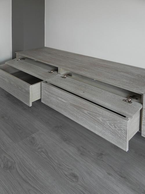 Calaixos de fusta gris per al moble del saló